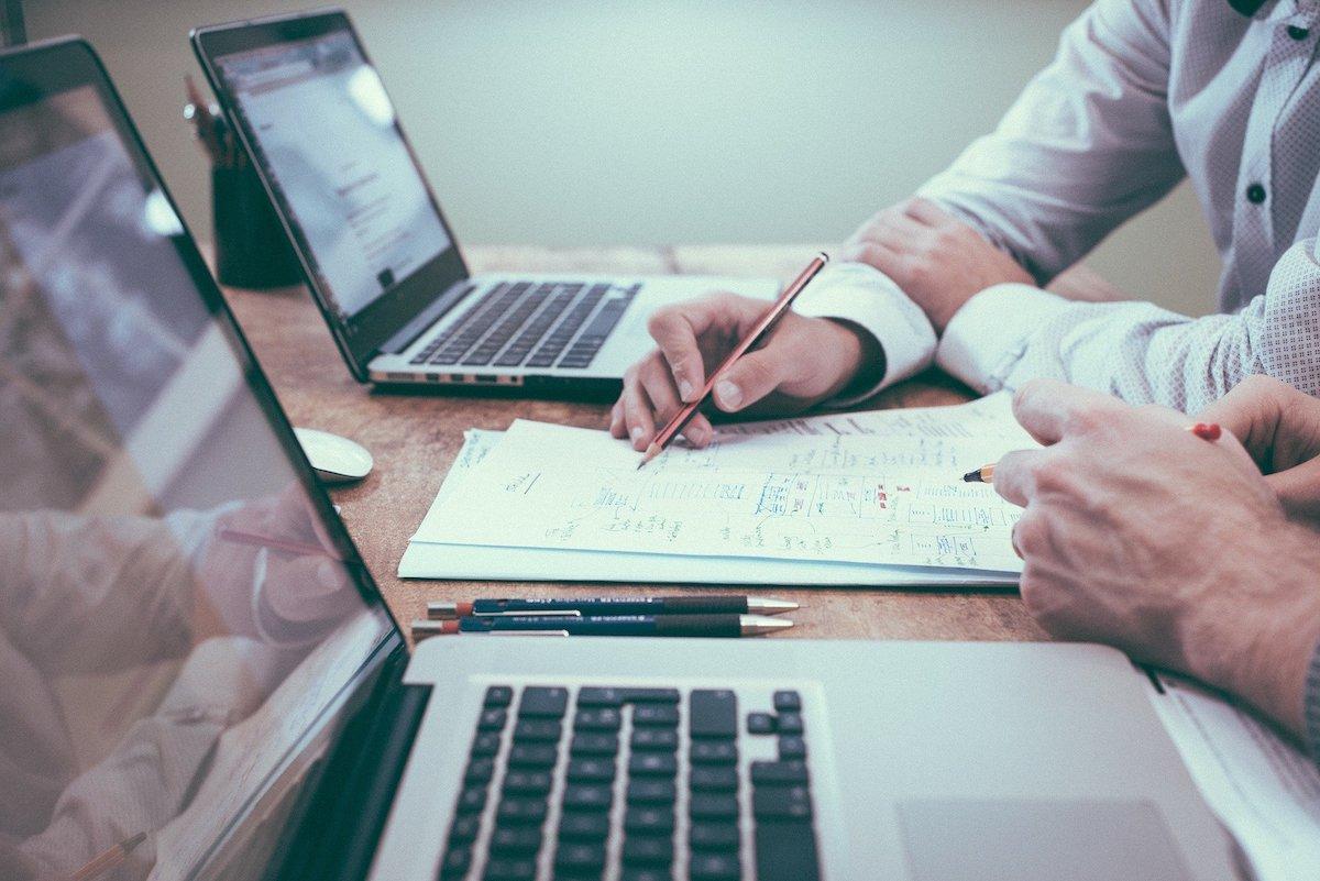 出張報告書の効率的な書き方のコツとは?共有すべきポイントや例文まとめ
