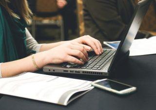 【管理部門向け】転職する際は内定を保留にできる?メールの返事も例文で解説